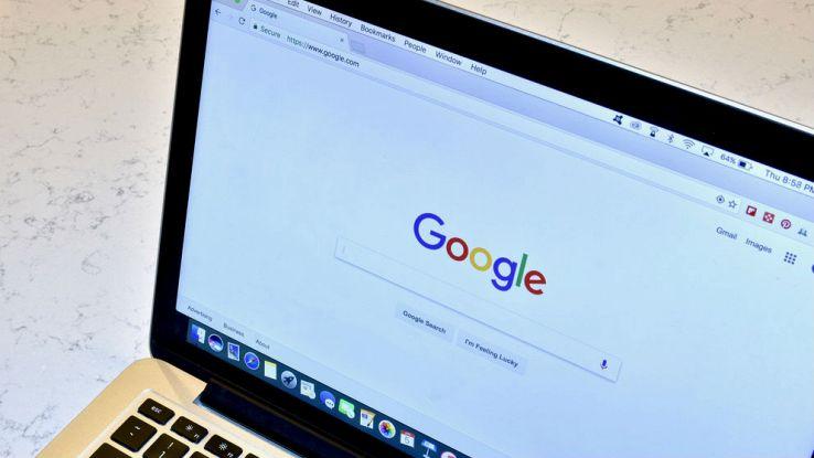 Un primo piano dell'home page di Google su un computer portatile