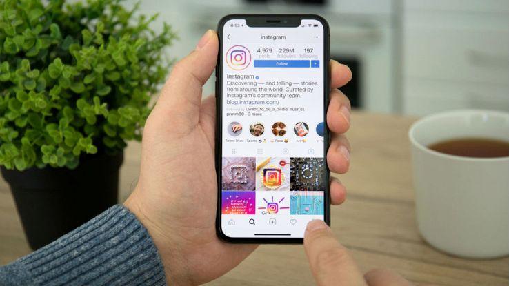 Un utente naviga sull'applicazione Instagram dal proprio smartphone