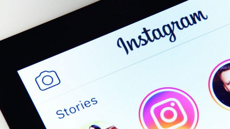 Primo piano dell'icona di Instagram Storie nello schermo di un tablet