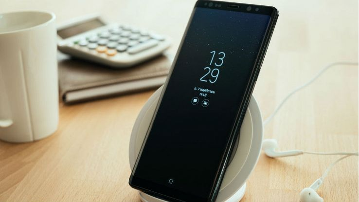 Un samsung Galaxy Note 8 su una scrivania