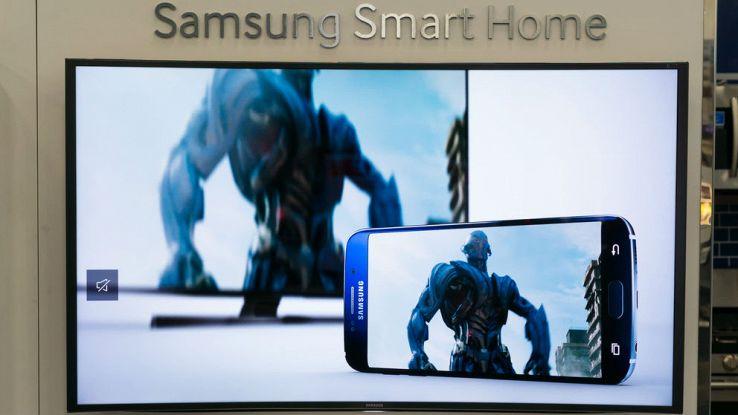 Un primo piano di una smart tv Samsung con uno smartphone e un mostro sullo schermo