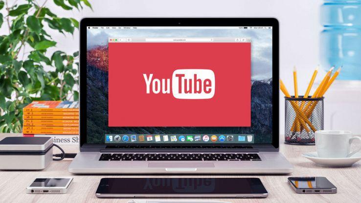 Un computer con la scritta di YouTube nello schermo sopra una scrivania da lavoro