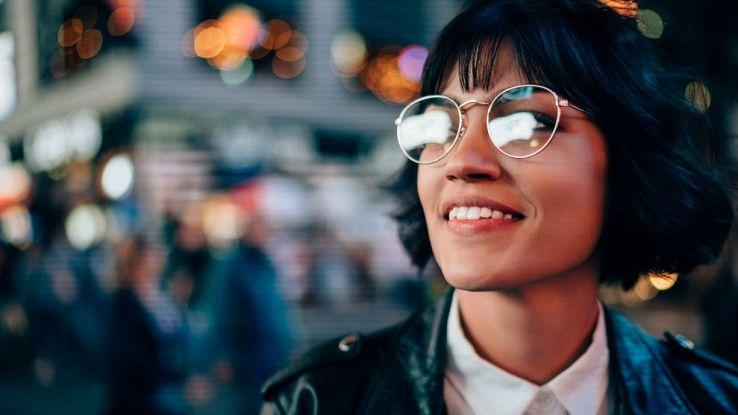 Primo piano con effetto Bokeh di una ragazza con gli occhiali