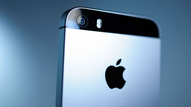 Primo piano della parte posteriore di un iPhone SE