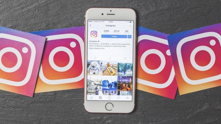 Uno smartphone con il logo di Instagram a destra e a sinistra