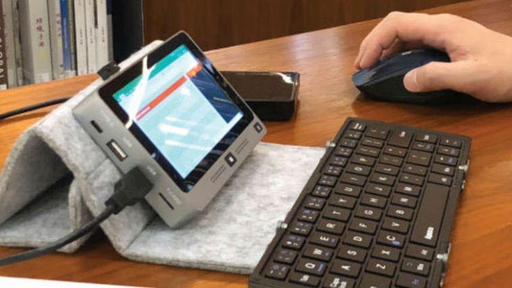 Un primo piano del computer portatile Mi Mini su una scrivania da lavoro