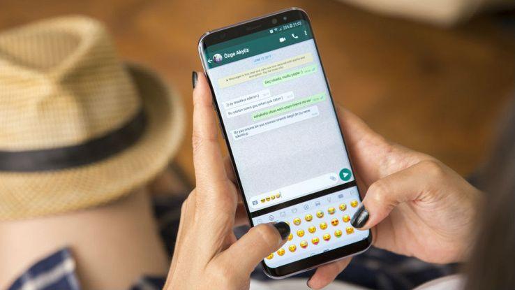 Una ragazza usa l'applicazione WhatsApp dal proprio smartphone