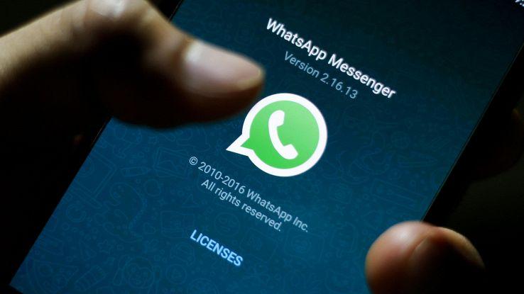 WhatsApp bollerà i messaggi inoltrati