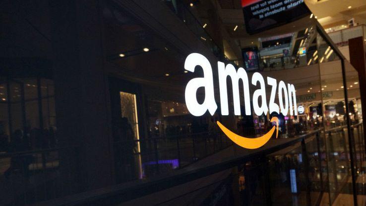 Il logo di Amazon su una vetrina di un negozio