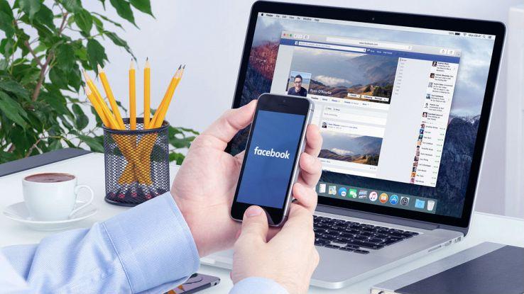 Un utente usa Facebook sia sullo smartphone che sul computer