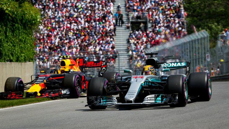 Una Red Bull tenta di superare una Mercedes nel GP del Canada di F1