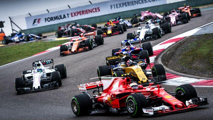 La Ferrari guida un drappello di auto di F1