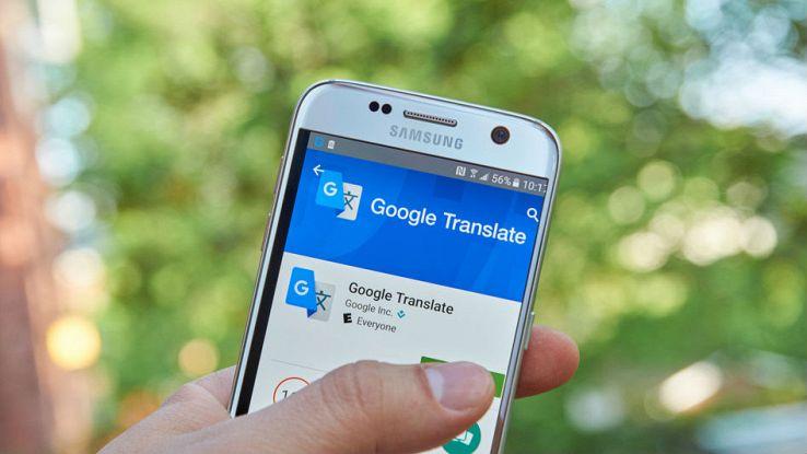 Un utente tiene in mano uno smartphone aperto sull'applicazione Google Translate