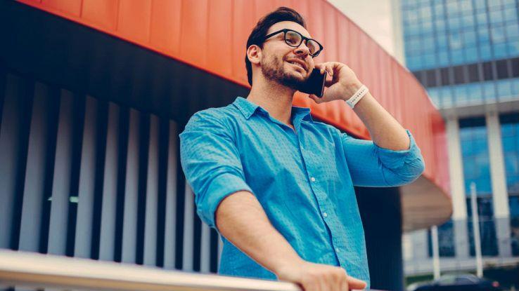 Un ragazzo fa una chiamata dal suo smartphone