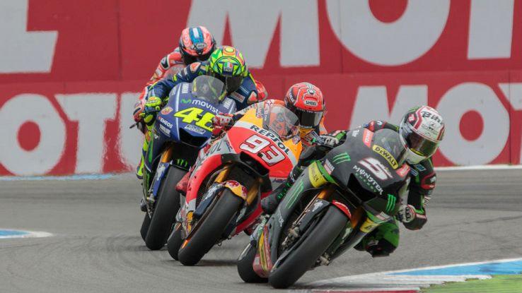 Zarco guida un trenino di moto nel GP di Assen di MotoGP in Olanda