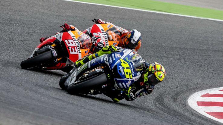 Valentino Rossi guida un trenino di tre moto nel GP di Catalogna