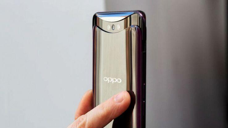 Primo piano della fotocamera a scomparsa del nuovo smartphone Oppo Find X