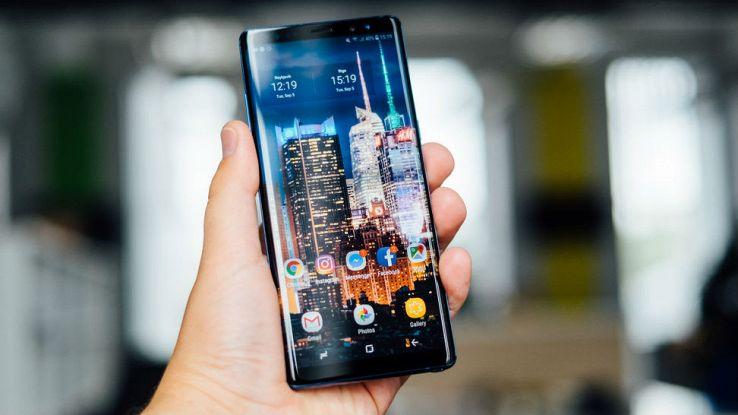 Un utente tiene in mano il proprio smartphone