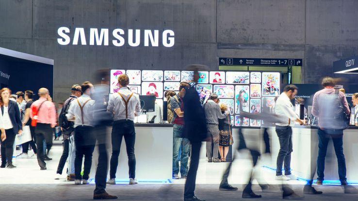 Una folla di persone davanti a uno store Samsung