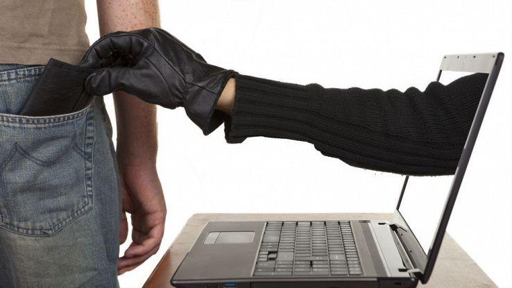 Una mano esce da un computer e ruba il portafogli dalla tasca di una persona
