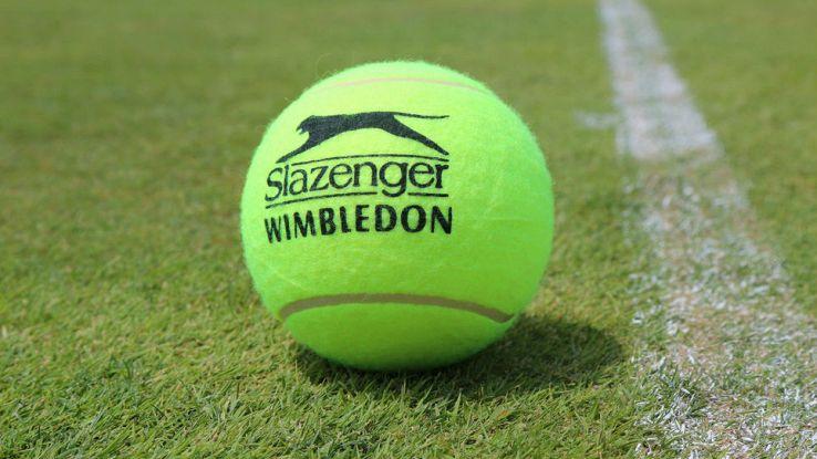 una pallina da tennis sul manto erboso di Wimbledon