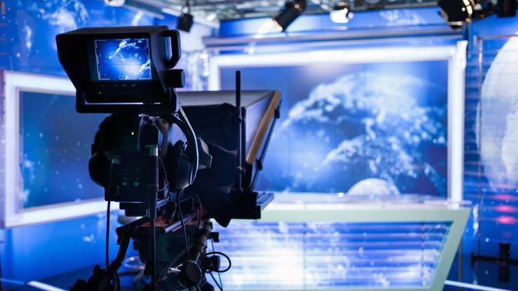 L'interno di uno studio televisivo inquadrato da una telecamera
