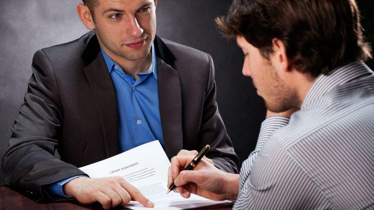 un assicuratore fa firmare un contratto ad un cliente
