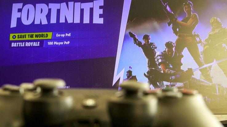 Un utente gioca a Fortnite da console