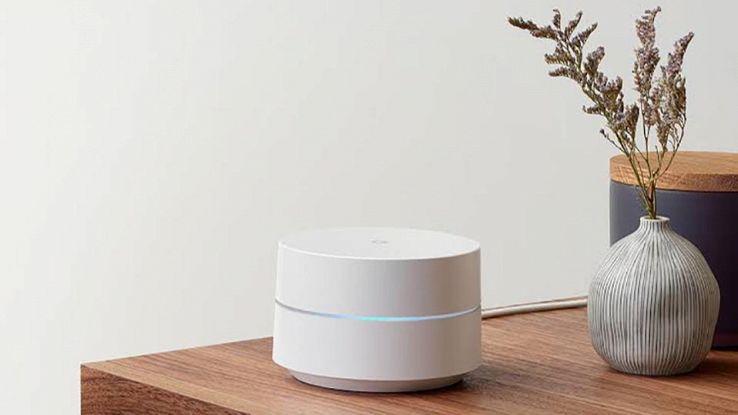 Il nuovo Google Wi-Fi su una scrivania all'interno di una casa
