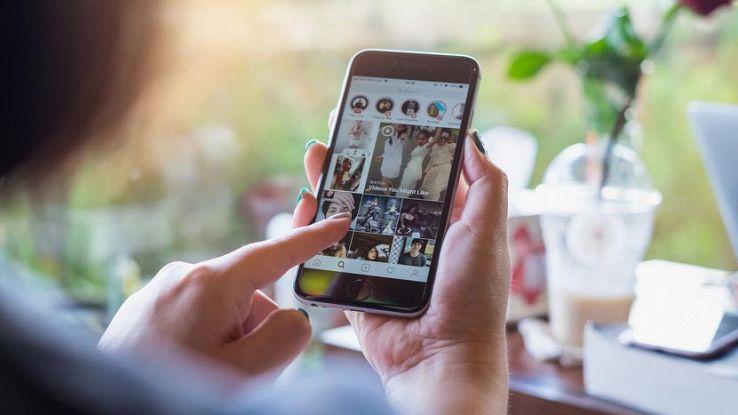 Un utente usa Instagram dal proprio smartphone