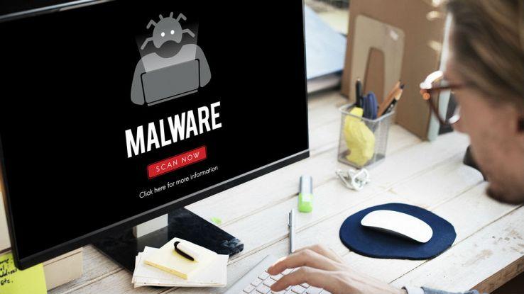 un utente mente lavora sul proprio computer visualizza la scritta malware