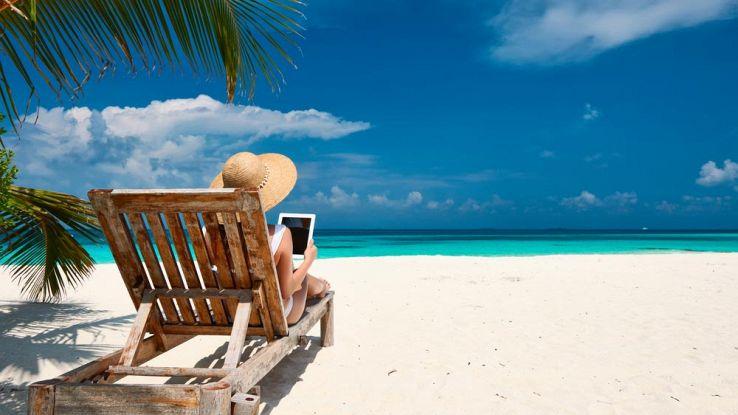 Consultare il tablet in spiaggia