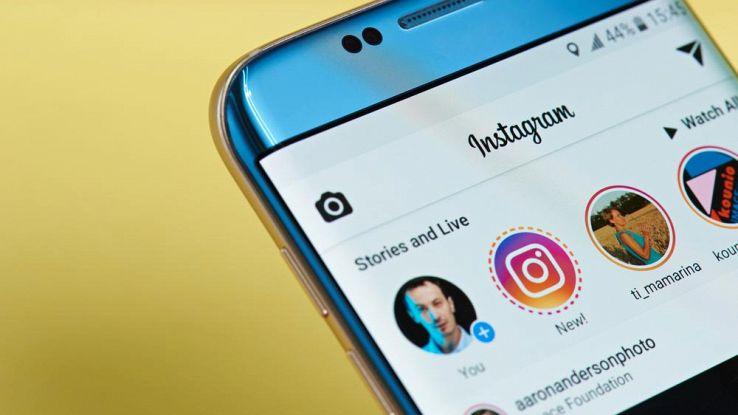 Uno smartphone con l'home page di Instagram in primo piano