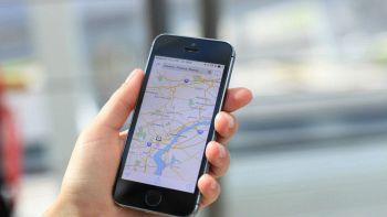 Un utente usa l'app Apple Maps dal proprio iPhone