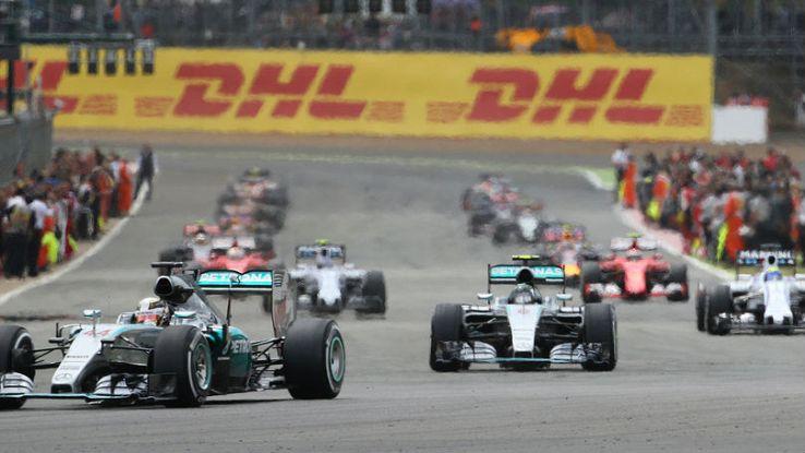 Le Mercedes guidano un gruppo di macchine nel GP di Silverstone di Formula 1