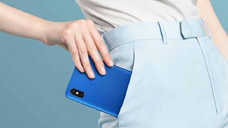 Una donna inserisce il proprio telefono in tasca