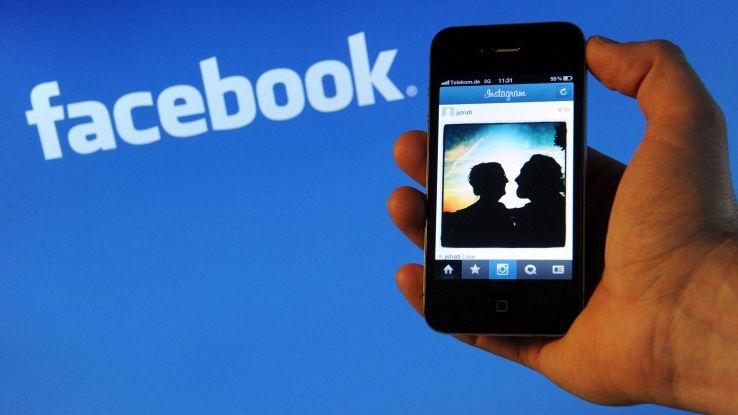 Facebook, conti deludono con scandali