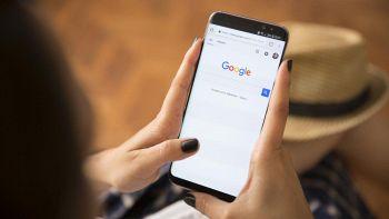 Una ragazza fa una ricerca in Internet da smartphone