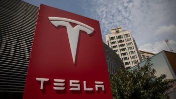 Tesla raddoppia perdite ma bene in Borsa