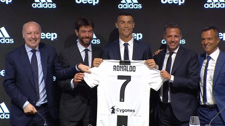 cristiano ronaldo con la maglia della Juve