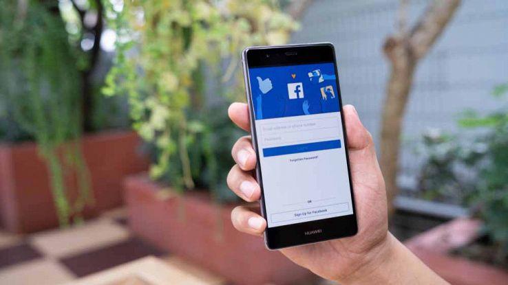 Un utente usa Facebook dal proprio smartphone