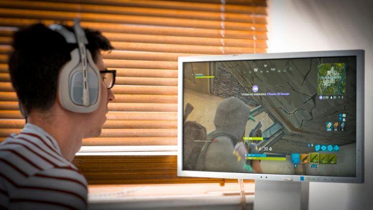 Un utente gioca dal PC ai videogame
