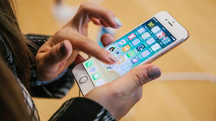 persona che utilizza iphone