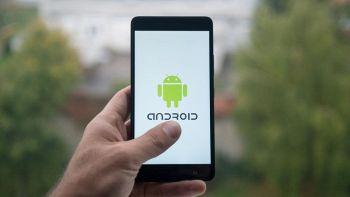 smartphone android nella mano di un utente