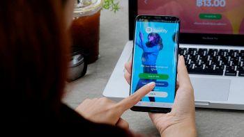 un utente usa spotify da smartphone