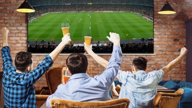 amici che guardano una partita al televisore