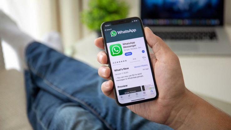 un utente usa WhatsApp dal proprio smartphone