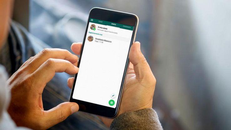 Un utente usa WhatsApp dallo smartphone