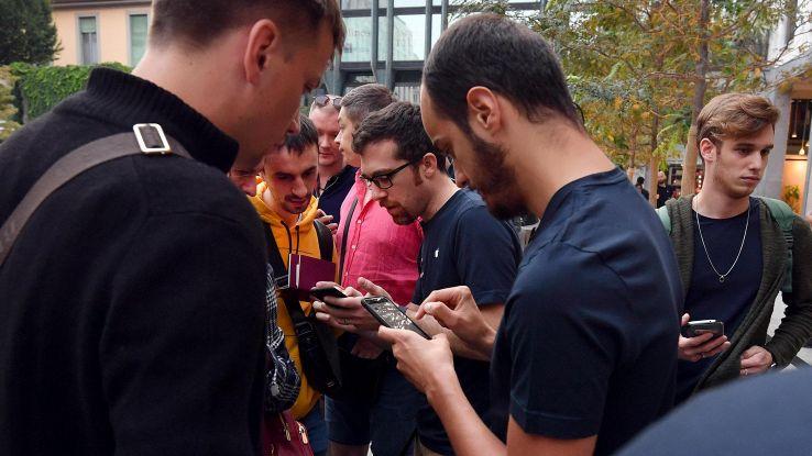 Milano, tutti in fila per i nuovi iPhone