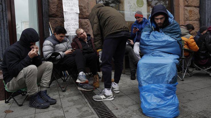 Mosca, posto fila iPhone vale 6mila euro